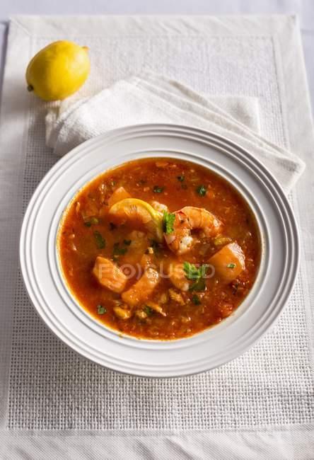Zuppa di pesce Алла siciliana - рыбный суп на белом фоне — стоковое фото