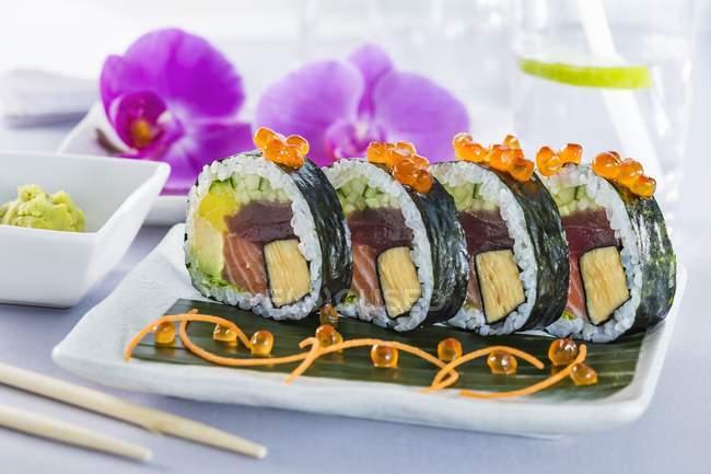 Футомаки суши с омлетом — стоковое фото
