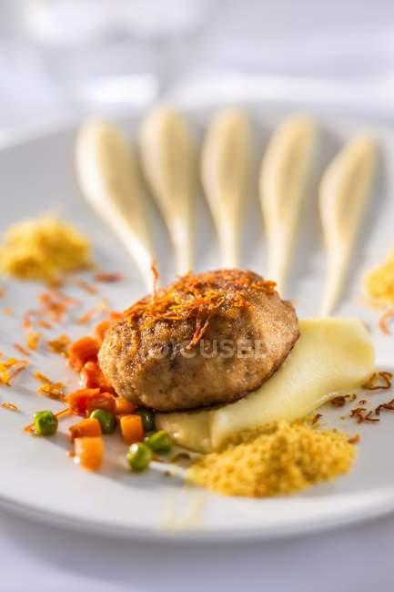Говяжьи фрикадельки на картофель — стоковое фото