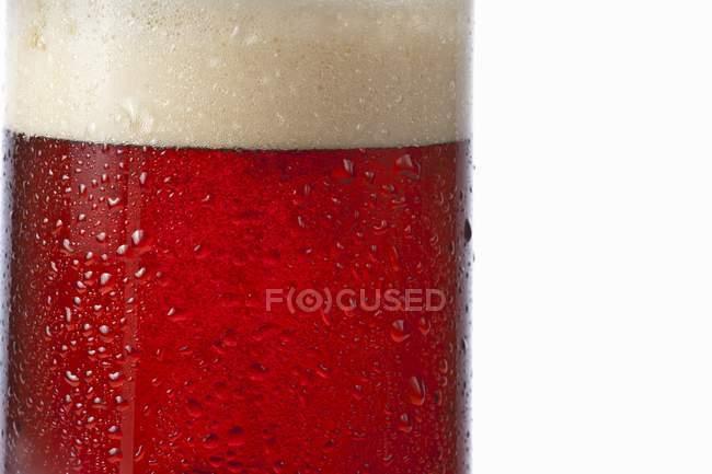 Темное пиво в стакане — стоковое фото