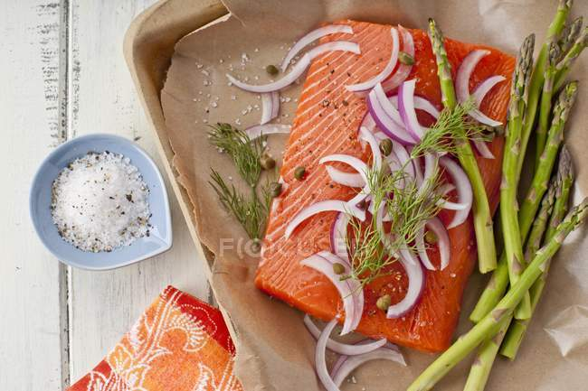 Свежий лосось с луком — стоковое фото