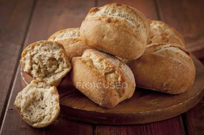Rulli di pane sulla scrivania — Foto stock