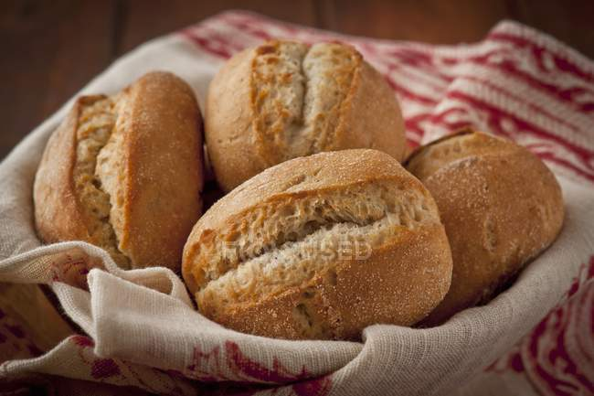 Хлеб булочки в корзине — стоковое фото