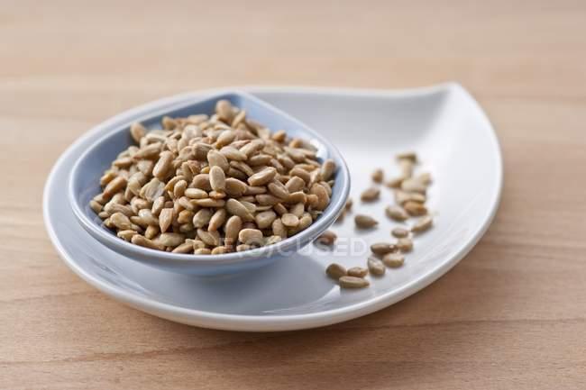 Семена подсолнечника в блюдо — стоковое фото