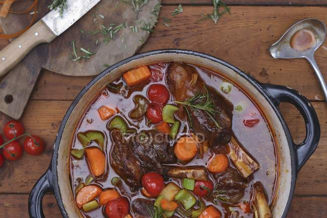 Ensopado de legumes com perna de cordeiro — Fotografia de Stock