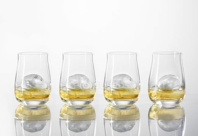 Bicchieri di whisky con cubetti di ghiaccio — Foto stock