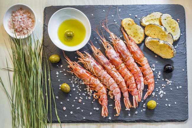 Garnelen mit Himalaya-Salz und Oliven — Stockfoto