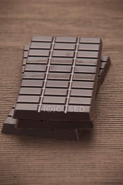 Barres de chocolat noir sur la table — Photo de stock