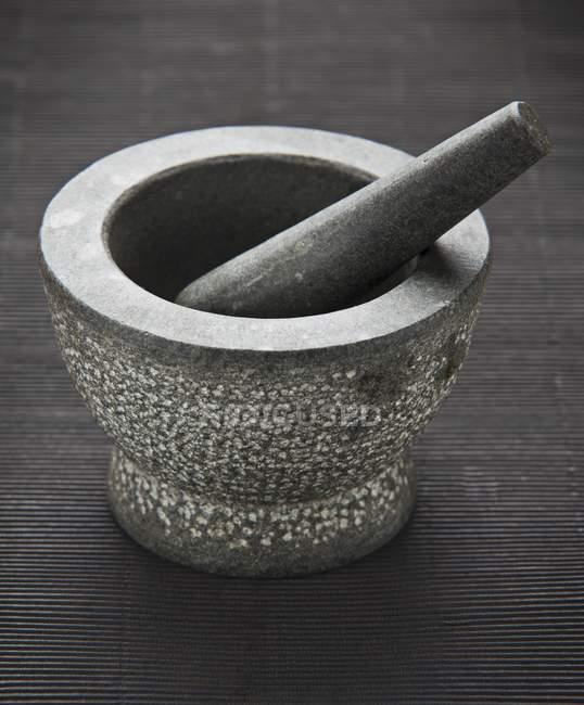Крупним планом подання один камінь розчину з маточкою — стокове фото