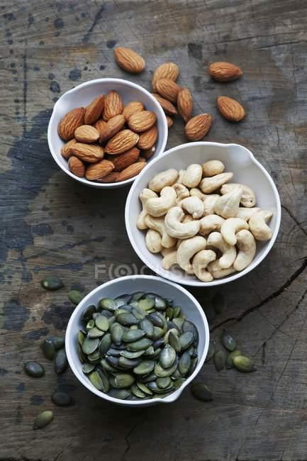 Tazones de almendras y semillas - foto de stock