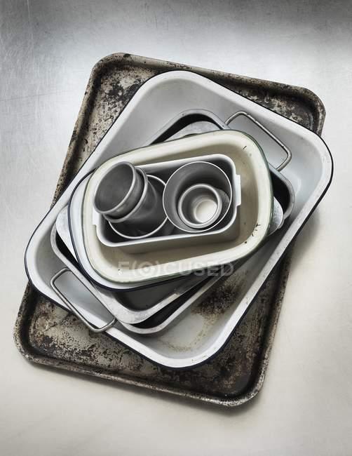 Vista superior de varios platos para hornear en una bandeja de hornear oxidada - foto de stock