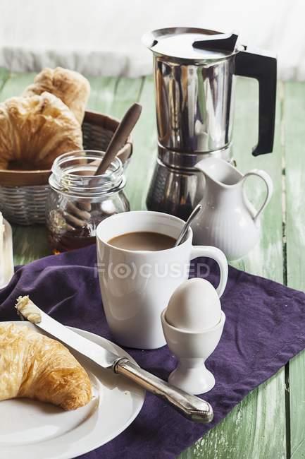 Desayuno en toalla púrpura sobre tabla - foto de stock
