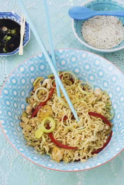 Plat de nouilles orientales aux légumes — Photo de stock
