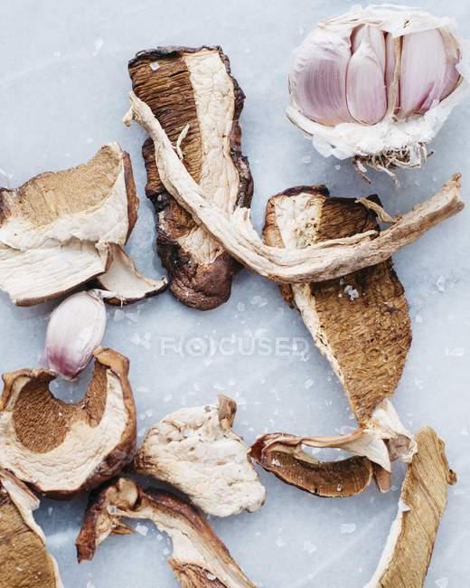 Нарезанные грибы из свинины — стоковое фото