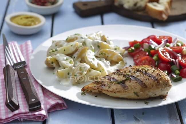 Gegrillte Hähnchenbrust mit Kartoffelsalat — Stockfoto