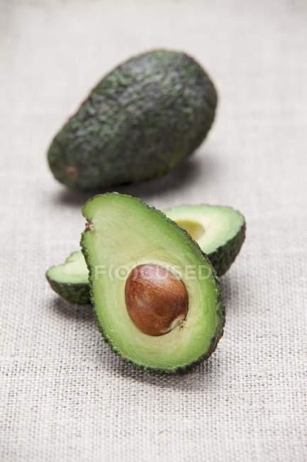Свежих спелых авокадо — стоковое фото