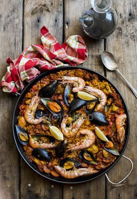 Paella con gamberetti e cozze — Foto stock