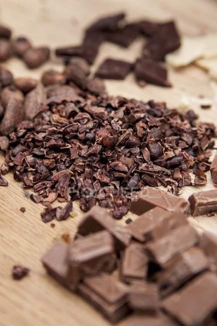Fèves de cacao chocolat et hachés — Photo de stock