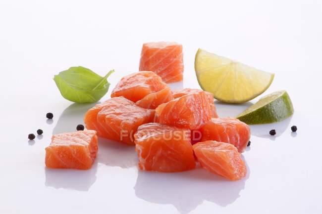 Нарізані свіжі лосося — стокове фото