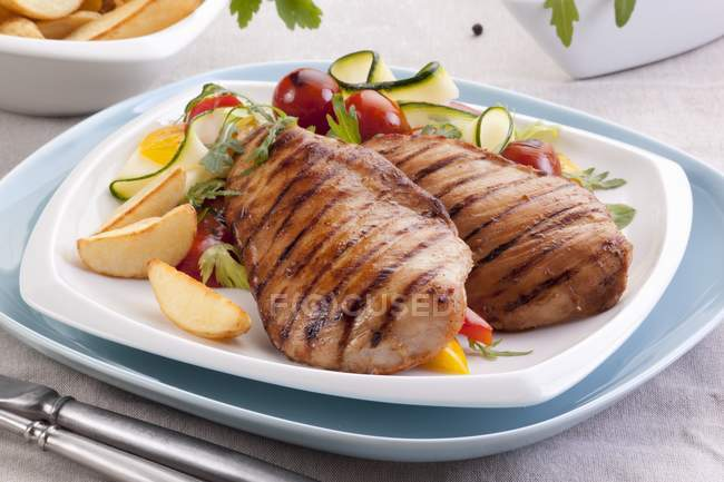 Grilled chicken breasts with vegetable salad — Stock Photo