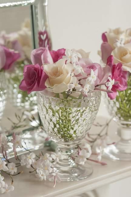 Closeup vista de rosas cor de rosa e brancas com flores de jasmim em um vidro — Fotografia de Stock