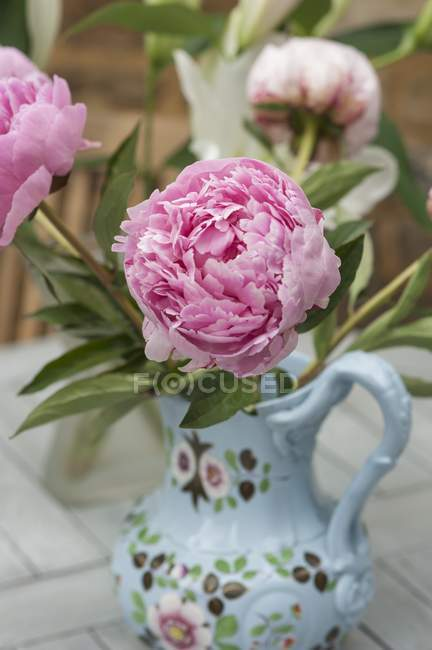 Closeup view of a pink peonies in a painted porcelain vase — Stock Photo