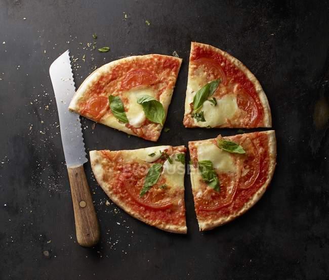 Ломтики помидоров и базилика пицца — стоковое фото
