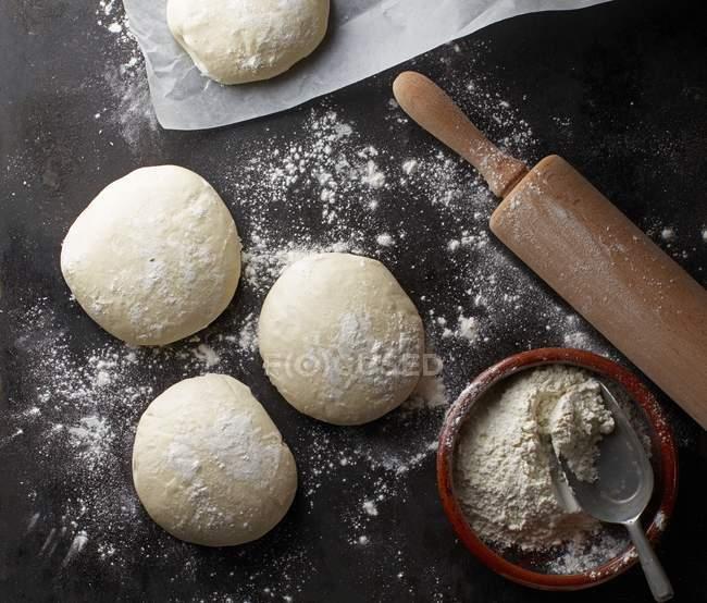 Четыре пиццы тесто шары — стоковое фото