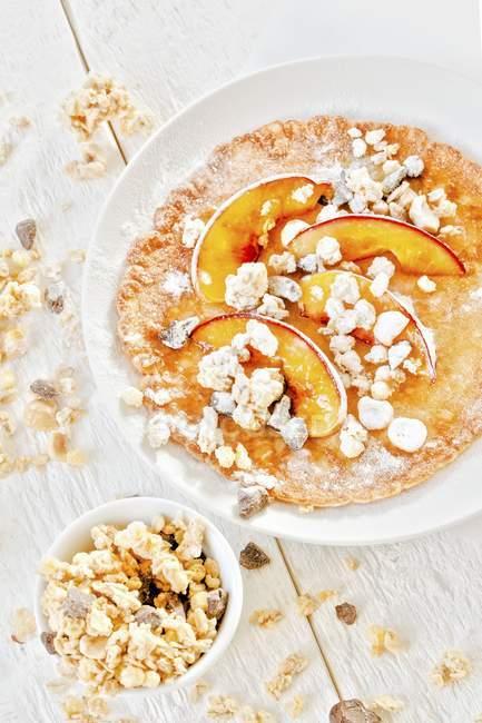 Млинці з персики та мюслі — стокове фото