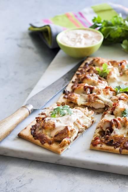 Chicken and sour cream pizza — Stock Photo