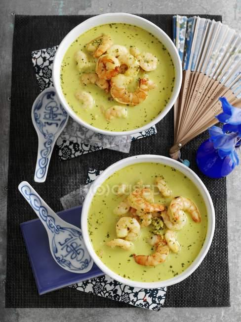 Vista superior das sopas de camarão e coco verdes com coentro — Fotografia de Stock