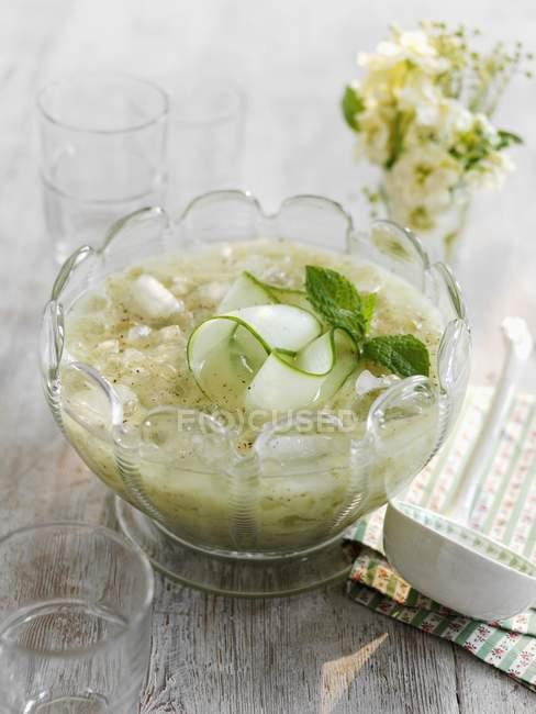 Kalte Gurkensuppe mit Minze — Stockfoto