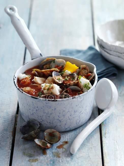 Vue rapprochée du ragoût de poisson et de moules en pot — Photo de stock