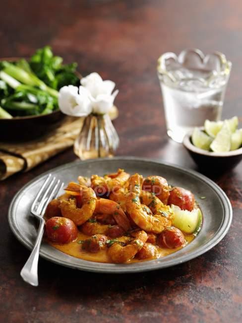 Curry de crevettes du sud de l'Inde sur plaque noire avec fourchette — Photo de stock
