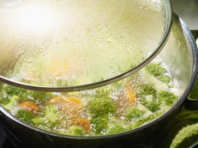 Brokkoli-Suppe im Topf — Stockfoto