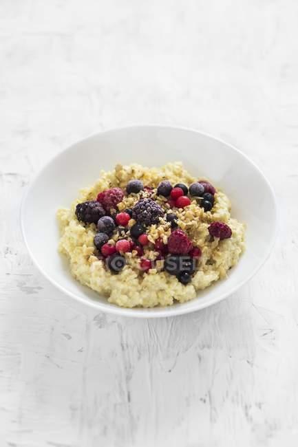 Porridge del miglio cremoso con frutti di bosco e noci — Foto stock