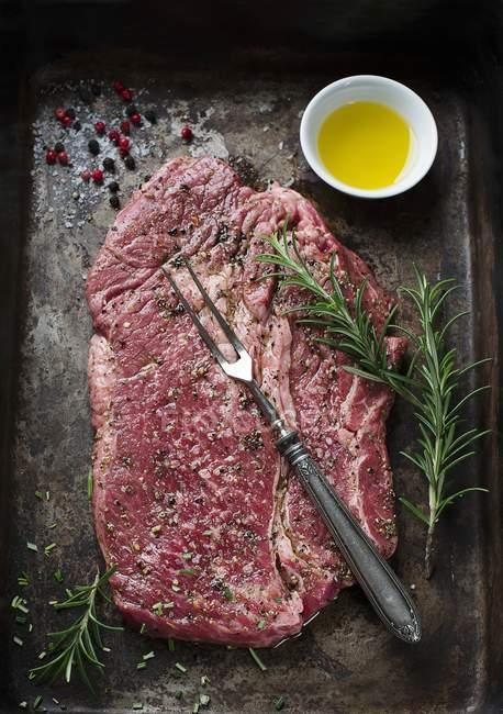 Rohes Rindersteak auf Backblech — Stockfoto