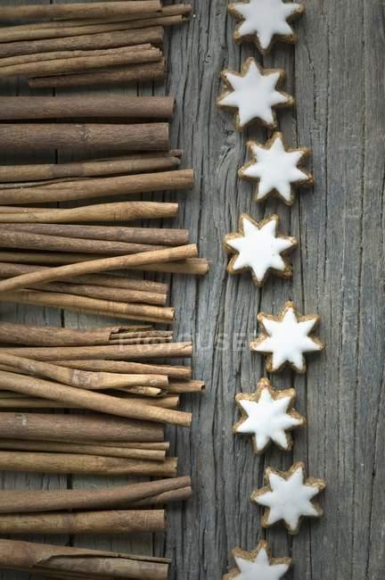 Bastoncini di cannella e stelle della cannella — Foto stock