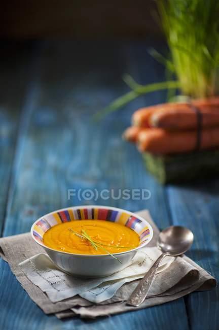 Karottensuppe mit Schnittlauch in Schüssel — Stockfoto