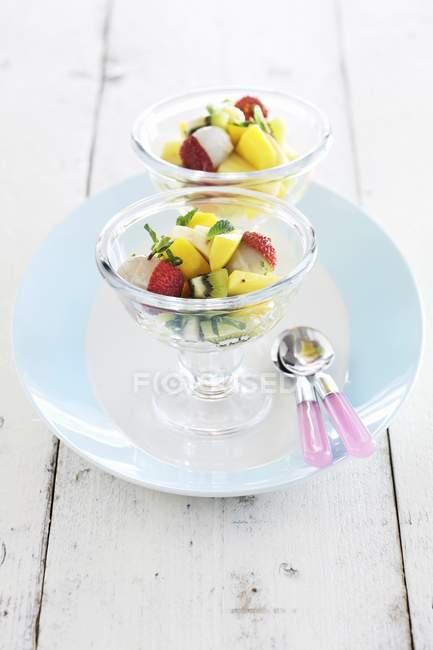 Insalate di frutta esotica con litchi — Foto stock