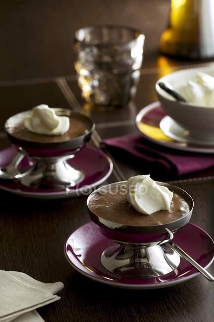 Mousse al cioccolato con crema — Foto stock