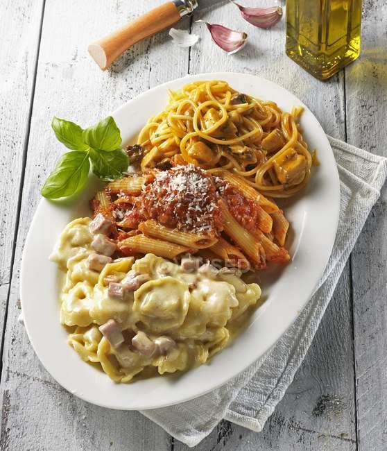 Три макаронні страви на блюді — стокове фото