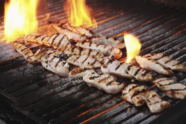Hähnchenfilets auf grill — Stockfoto