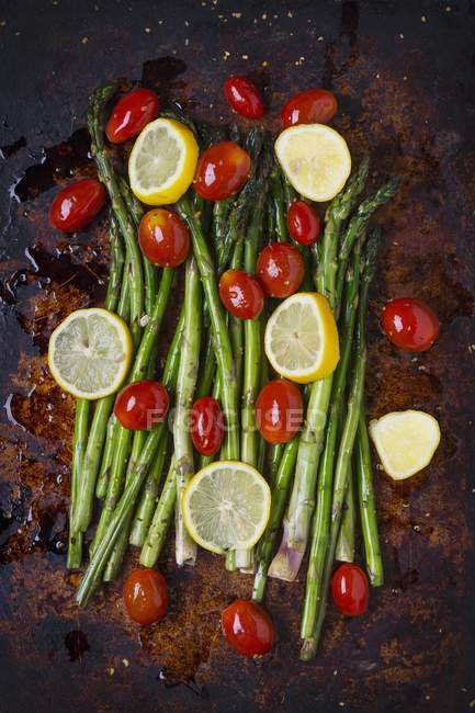 Asparagus with lemon slices - foto de stock