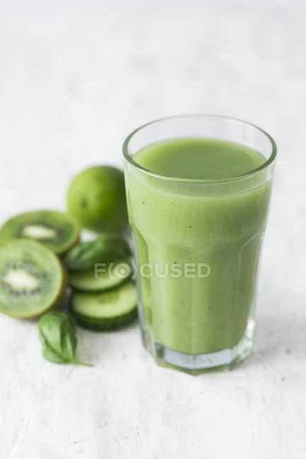 Smoothie verde com kiwi — Fotografia de Stock