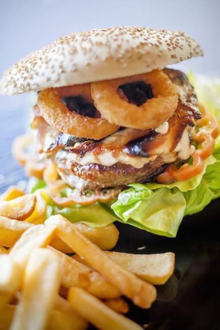 Hamburger mit gebratenen Tintenfischringen — Stockfoto