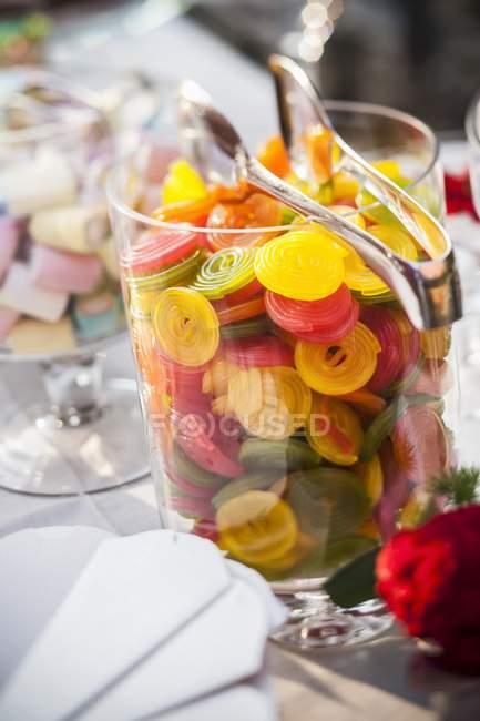 Крупным планом вид красочные проката жевательные конфеты в стеклянную посуду — стоковое фото