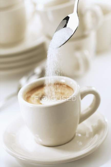 Додавання цукру в еспресо — стокове фото