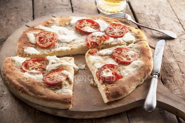 Tomato and mozzarella pizza — Stock Photo