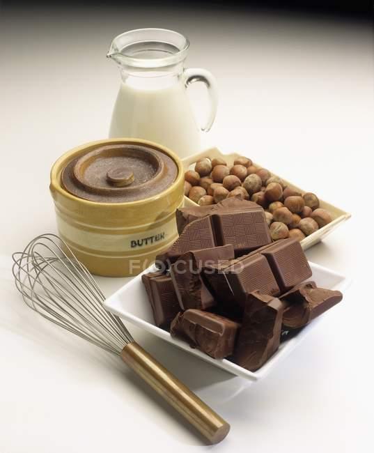 Schokolade, Milch und Nüsse — Stockfoto
